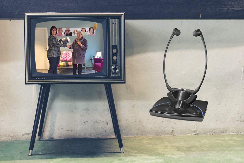 Mitarbeiterin Sandra Ullrich überreicht Christa Krause den Preis - einen Infrarot TV-Kinnbügel von der Firma Humantechnik