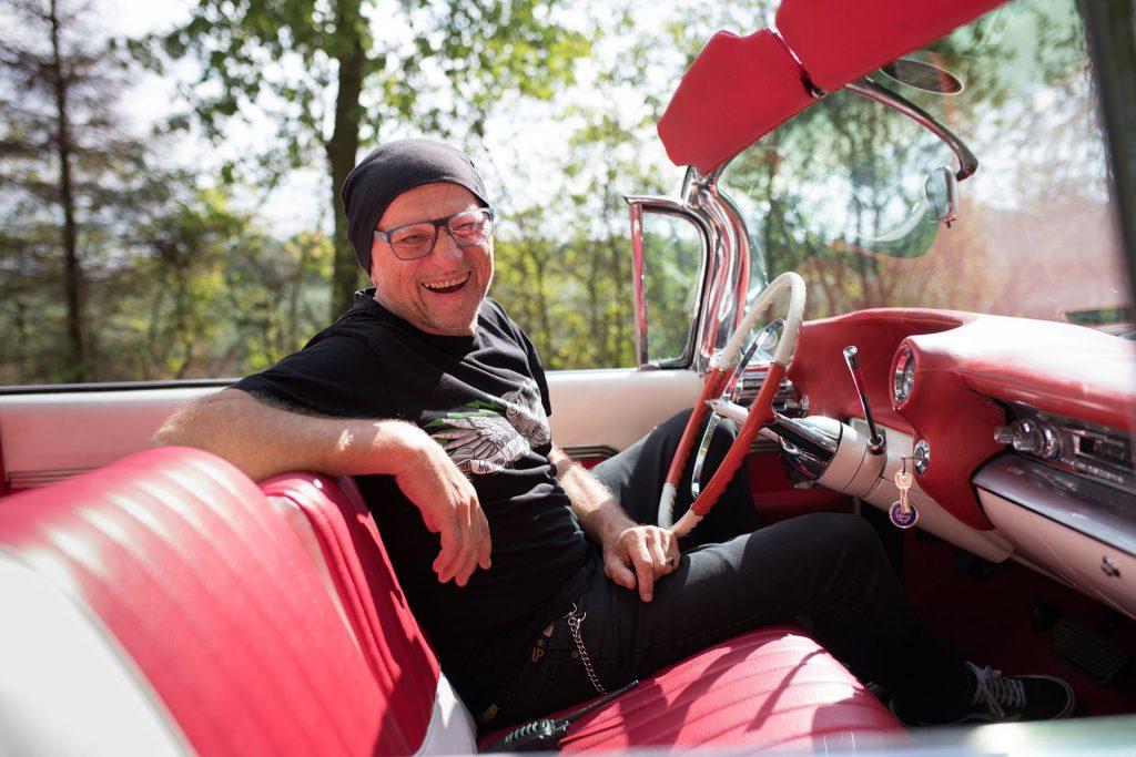 Titus Dittmann sitzt in einem Cabrio