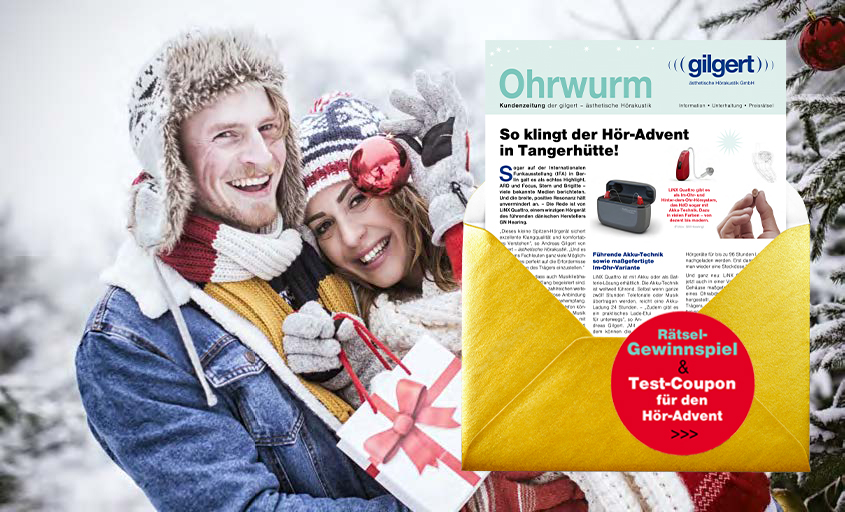 Paar mit Geschenken in Winterlandschaft
